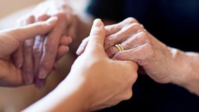 Con 82 años, compra esposa de 38 a cambio de jugosa herencia