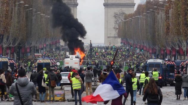 """Jornada violenta en París durante protesta por """"gasolinazo"""""""