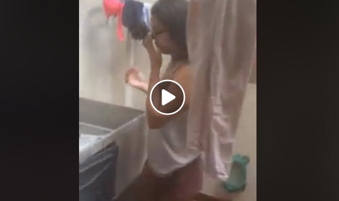 VIDEO: Obliga a su hija a lavar la ropa a mano por haber reprobado el año escolar