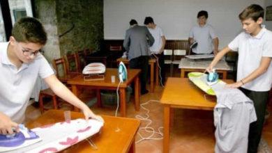 Colegio enseña labores domésticas a sus alumnos varones