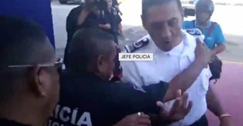 Elementos de la policía sacan a empujones a su jefe en Cancún