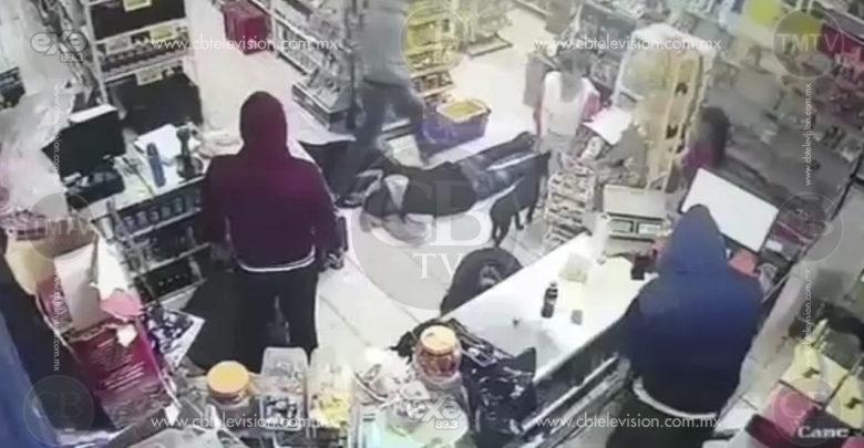 Encapuchados asaltan con pistola tienda y amenazan a clientes