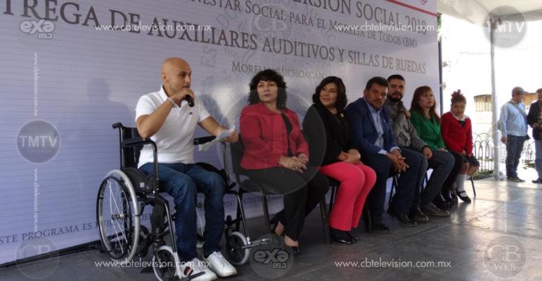 Entregan ayuntamiento y federación apoyos a personas con discapacidad