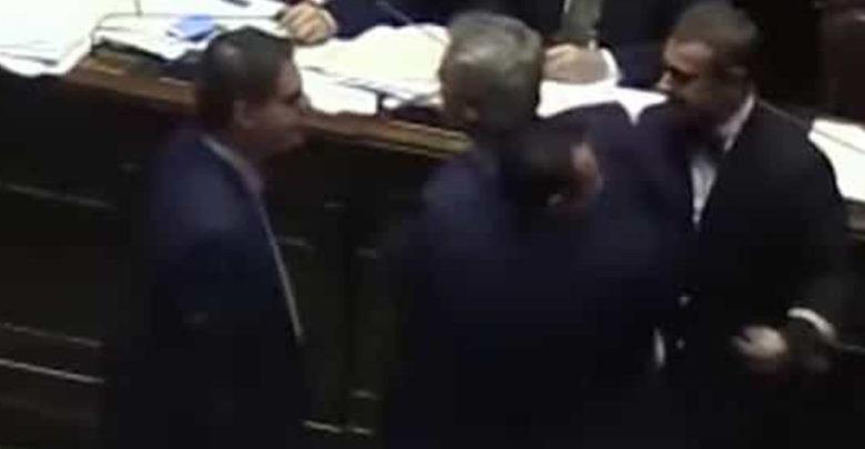 Luego de no encontrar solución, diputados se agarran a golpes en congreso de Italia