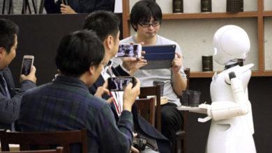 Robot mesero es controlado por una persona con discapacidad