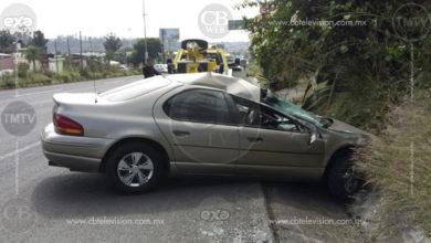 Se estrella vehículo en el que viajaban mujer y niño en la carretera Morelia-Salamanca