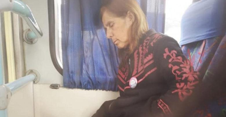 Se viraliza conductor de 71 años que viaja a diario con su esposa enferma; nadie más puede cuidarla
