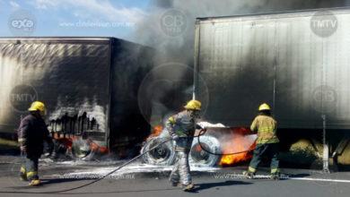 Tráiler arde en llamas en la autopista Siglo XXI