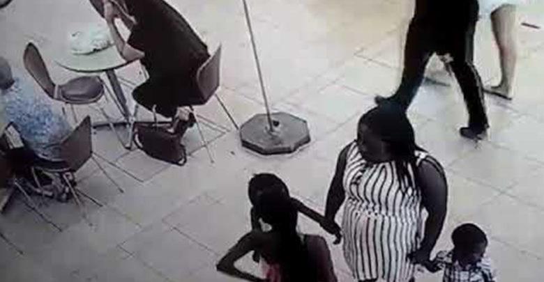 Video: Madre enseña a robar a sus hijos en centro comercial