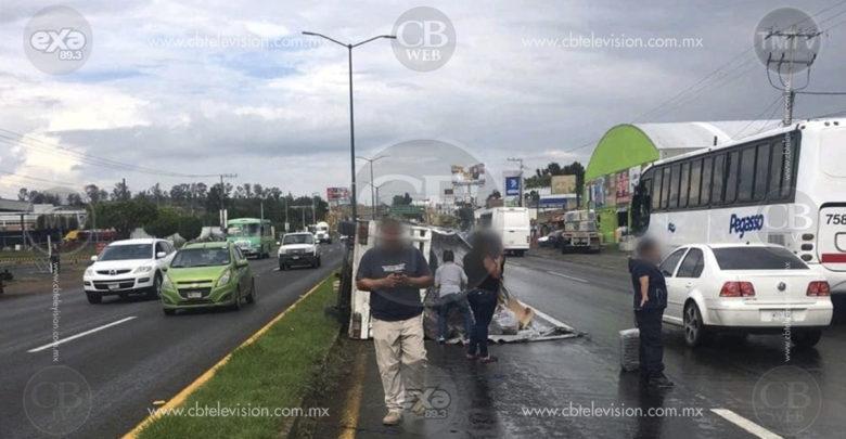 Vuelca camioneta en la carretera Morelia-Salamanca