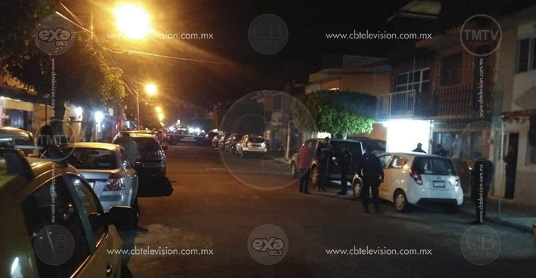 Gatilleros fallan atentado contra un peatón y dejan baleados varios vehículos estacionados