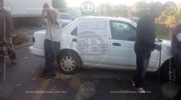 Pobladores de Ichán bloquean carretera Zamora-Carapan