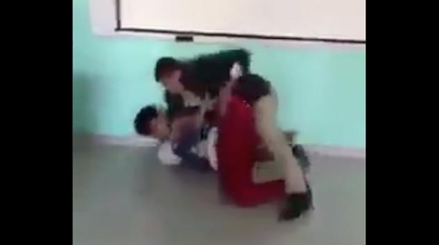 VIDEO: Por un celular, profesor golpea a alumno
