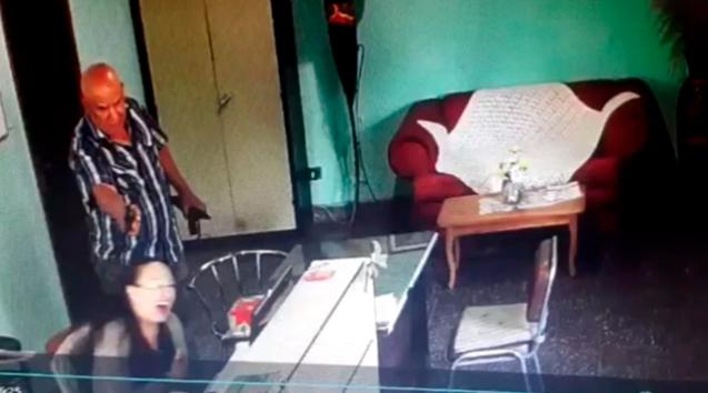 VIDEO (+18): Hombre asesina a quemarropa a secretaria tras descubrirlo robando