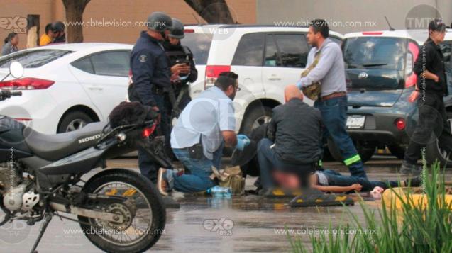 Identifican a joven muerto a balazos en estacionamiento de plaza comercial
