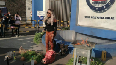 VIDEO: Bruja hace ritual para que Cruz Azul sea campeón