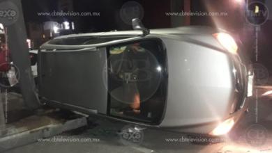Dos heridos en choque-volcadura en la Ventura Puente