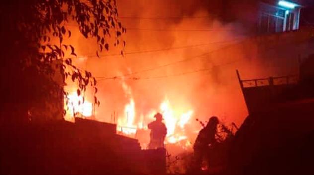 Árbol de Navidad habría causado incendio de casa donde murieron 6 niños