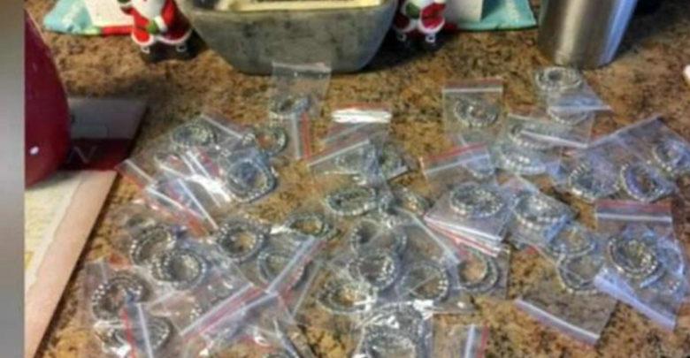 Devuelve 47 brazaletes de diamantes que recibió por error