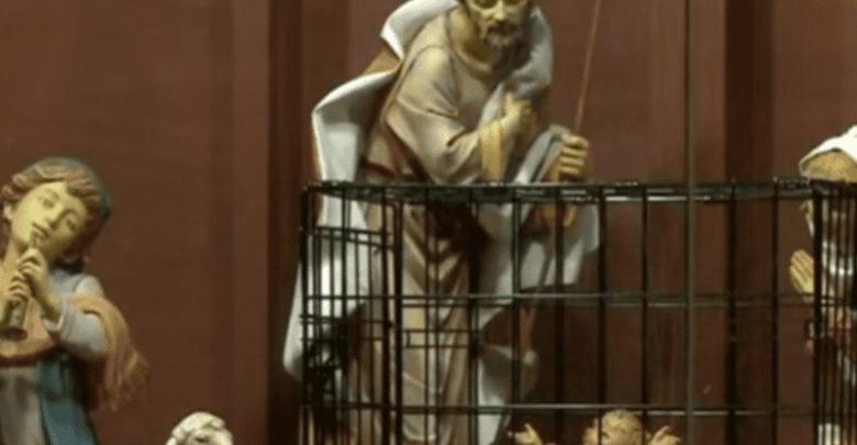 Iglesia estadounidense pone Nacimiento con muro fronterizo y al niño Jesús enjaulado