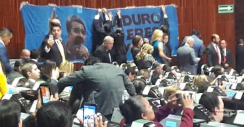 """Panistas colocan manta: """"Maduro no eres bienvenido"""""""
