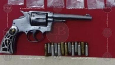 Policía Michoacán detiene a dos personas con arma y droga