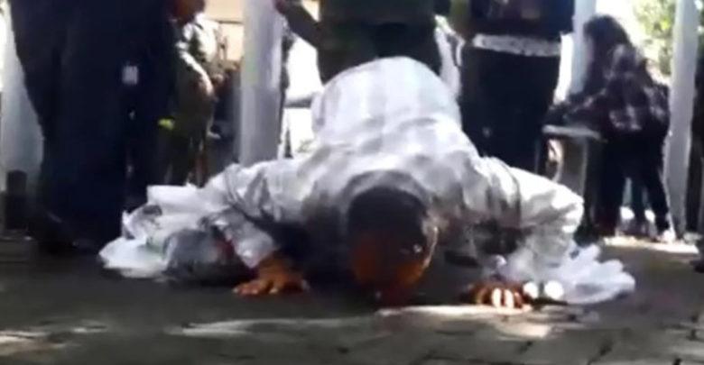 Video: Entró besando el piso de Los Pinos
