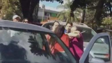 Conductora golpea a abuelitos por tardarse en cruzar la calle