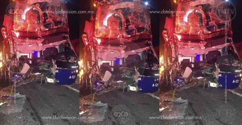 Autobús de pasajeros choca contra tráiler en la carretera Zinapécuaro - Cuitzeo; hay 13 heridos