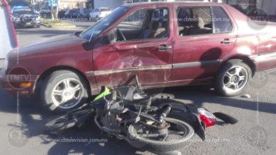 Motocicleta y un automóvil chocan en Apatzingán