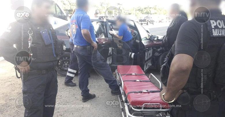 Conductor aparentemente alcoholizado estrella su vehículo contra una patrulla de la Policía