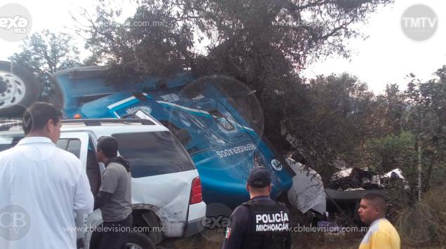 Un muerto y dos heridos, deja choque de tráiler con 2 autos