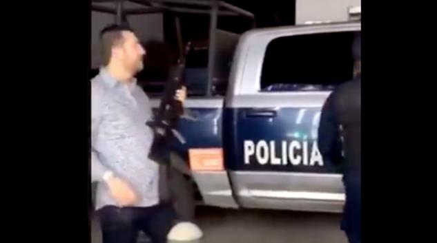 VIDEO: ¡Solo en México! Policía le presta su arma para que dispare al aire por Año Nuevo