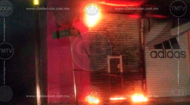 Arde en llamas tienda de ropa en pleno centro de Maravatío