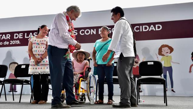AMLO entrega las primeras tarjetas a personas con discapacidad