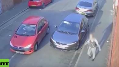 VIDEO: Conductor persigue a una mujer y la embiste contra una pared