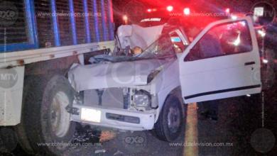 Mujer muere en choque por alcance de camioneta contra torton