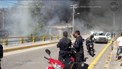 Bomberos de Lázaro Cárdenas y de la Costa Sierra unieron esfuerzos para apagar un incendio que duró más de dos horas en la tenencia de Las Guacamayas, municipio de Lázaro Cárdenas.