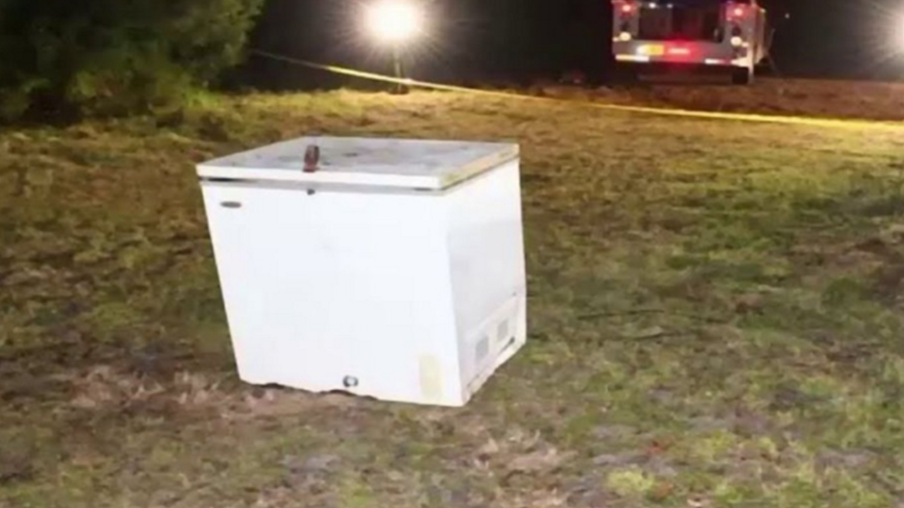 Hallan cadáveres de tres niños dentro de un congelador, aparentemente jugaban y no pudieron salir