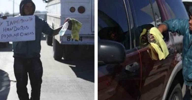 Migrante se gana el día limpiando parabrisas en crucero de Ciudad Juárez