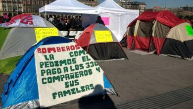 Alrededor de 250 bomberos hacen plantón en el Zócalo de México