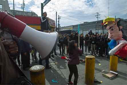 Manifestantes rompen piñata con imagen de 'El Bronco' y lo llaman mentiroso