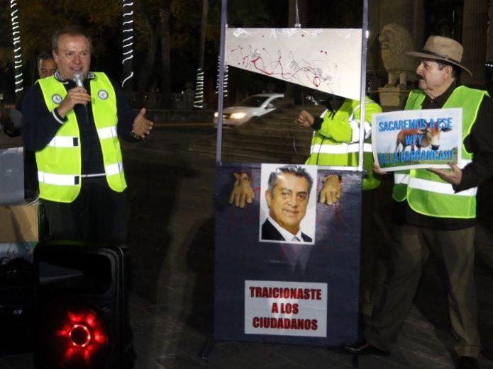 """Con unaguillotinapara cortar manos se manifiestan en Monterrey contra """"El Bronco"""""""