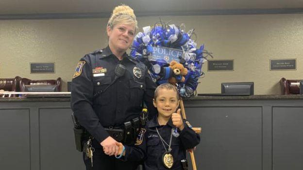 Niña con cáncer cumple su sueño de ser policía honoraria