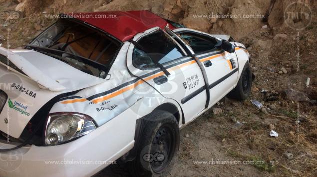 Se roba un taxi y en su huida, vuelca en el periférico norte de Morelia