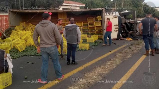 Dos heridos al volcar tráiler con aguacate, en Uruapan