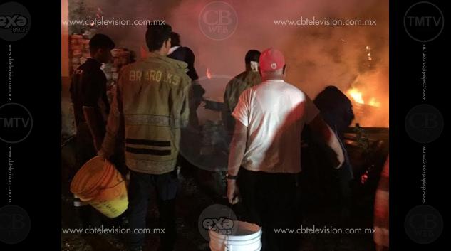 "A ""cubetadas"" Bomberos apagan incendio de casa"