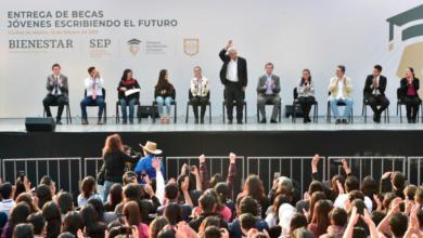 En Tlatelolco, AMLO inicia entrega nacional de 300 mil becas universitarias