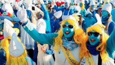 mayor cantidad de personas reunidas vestidas como pitufos, personajes creados por el dib