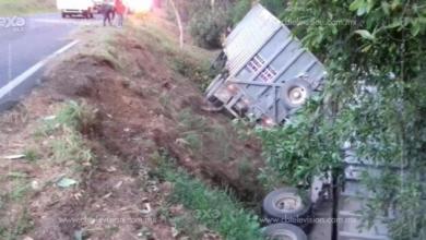 Trailero lesionado al volcar su pesada unidad en Peribán